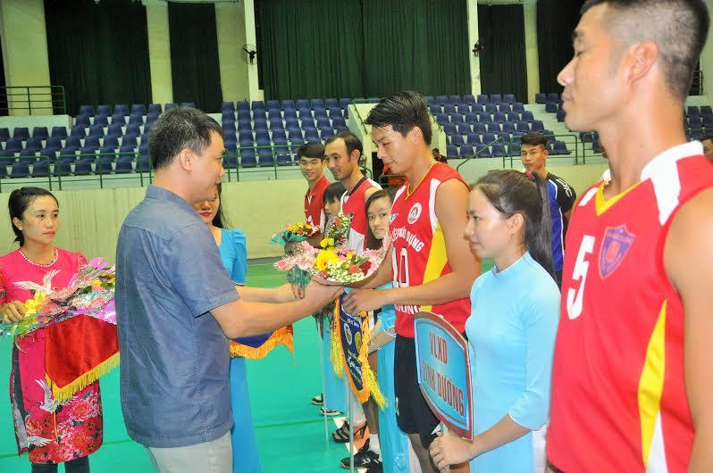 Tổng Thư ký Liên đoàn Bóng chuyền Việt Nam Lê Trí Trường tặng hoa động viên các đội