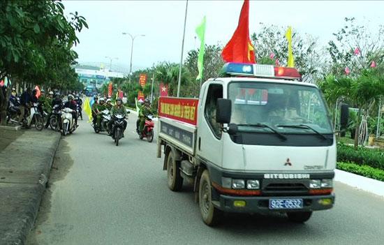 Lực lương Công an huyện Tiên Phước diễu hành tuyên truyền Luật ATGT đường bộ trên địa bàn. Ảnh: N.H