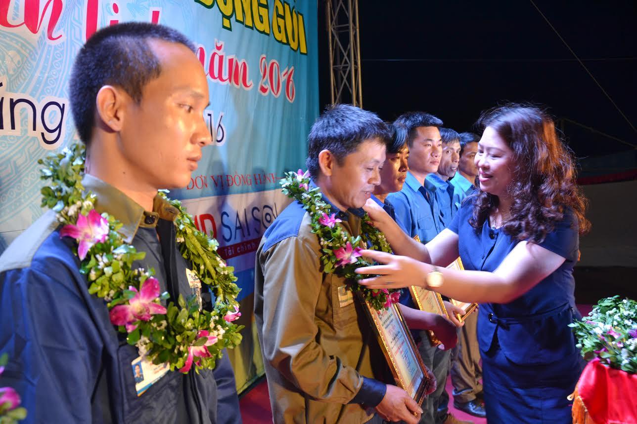 Trưởng Ban Dân vận Tỉnh ủy Nguyễn Thị Thu Lan tặng hoa tuyên dương các thanh niên công nhân tiêu biểu. Ảnh: PHAN TUẤN