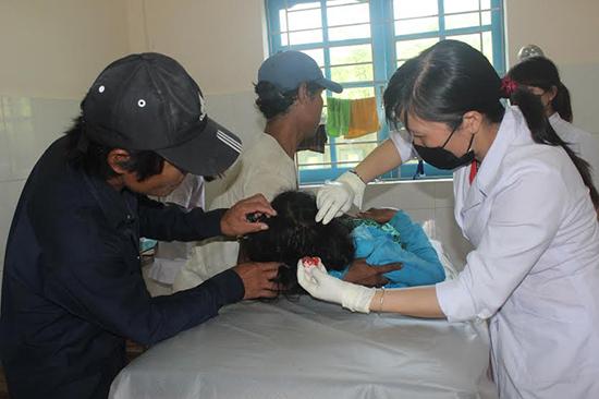 Bác sĩ Bùi Thị Thu Huệ đang cấp cứu cho một bệnh nhân mới chuyển vào phòng khám.