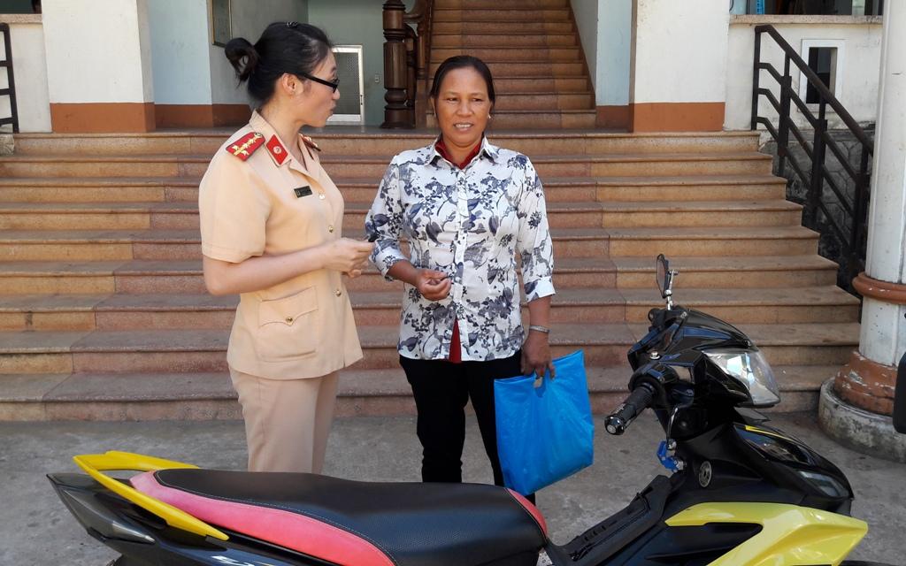 Bà Nguyễn Thị Lâu nhân lại chiếc xe đã bị đánh cắp 2 năm trước đó từ cơ quan CSGT TP.Pleiku