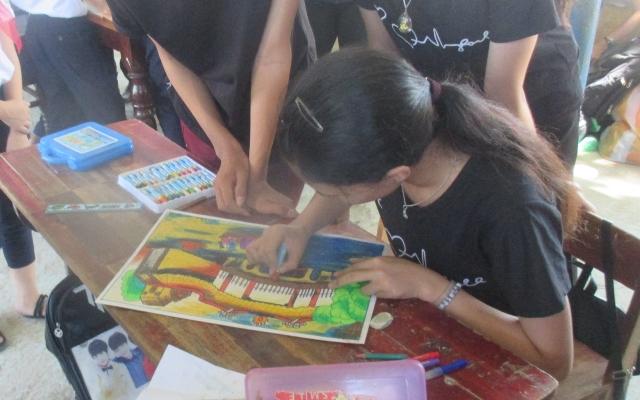 Các em thiếu nhi thi vẽ tranh tại Trại hè thiếu nhi huyện Đại Lộc. Ảnh: MỸ LINH