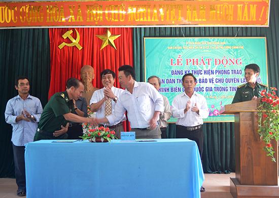 Các lực lượng chức năng và người dân trên địa bàn huyện Thăng Bình ký kết các nội dung bảo vệ chủ quyền lãnh thổ, an ninh biên giới quốc gia.