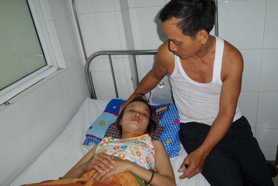 Em Trần Thị Thương đang điều trị tại Khoa Nội thần kinh - huyết học. Ảnh: NHƯ TRANG.