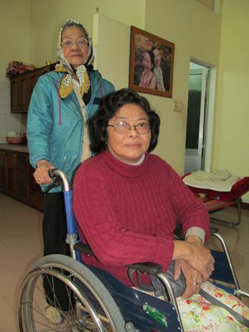 Chị Trần Duy Phương và mẹ. Ảnh: Q.HÀ