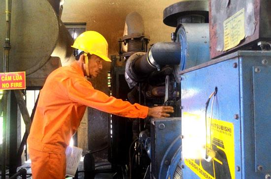 Với giá bán lẻ điện theo quy định ngang bằng đất liền, người dân Cù Lao Chàm có nhiều điều kiện để phát triển kinh tế, nâng cao đời sống. Trong ảnh: Vận hành máy phát điện cung cấp điện năng 24/24 cho Cù Lao Chàm.