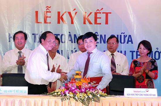 Ông Đỗ Xuân Diện - Trưởng ban Quản lý Khu kinh tế mở Chu Lai (bên trái) tại lễ ký kết hợp tác giữa đơn vị với Ngân hàng TNCP Công thương Việt Nam.