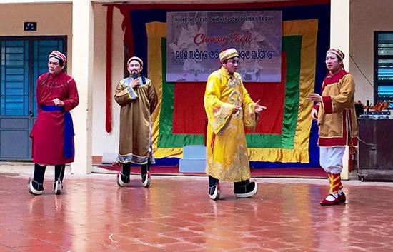 Một tiết mục trong chương trình Đưa tuồng cổ vào trường học của các nghệ sĩ Nhà hát Tuồng Nguyễn Hiển Dĩnh.