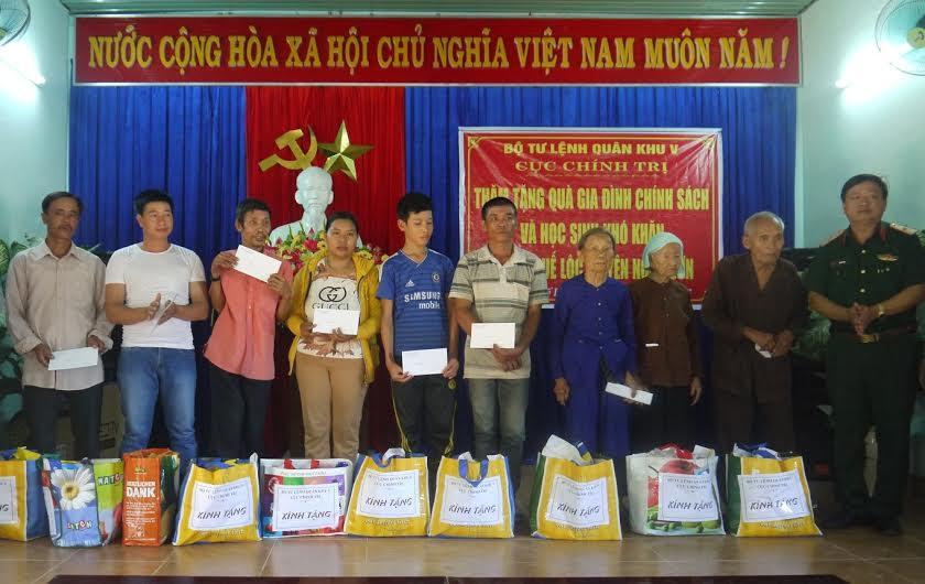 Thiếu tướng Hà Huy Long tặng quà đối tượng chính sách, đồng bào nghèo. Ảnh: N.DIỆP