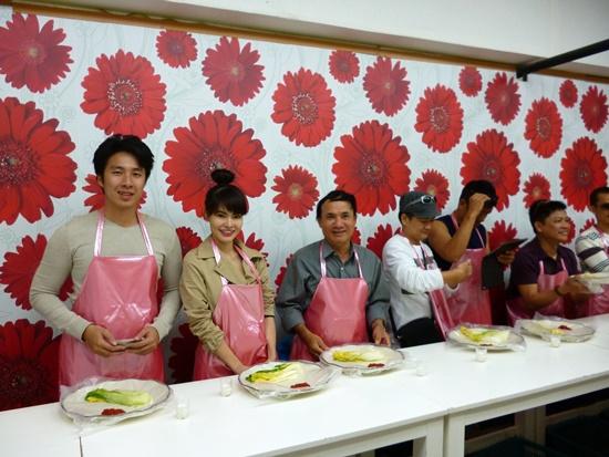 Du khách học làm món kim chi Hàn Quốc