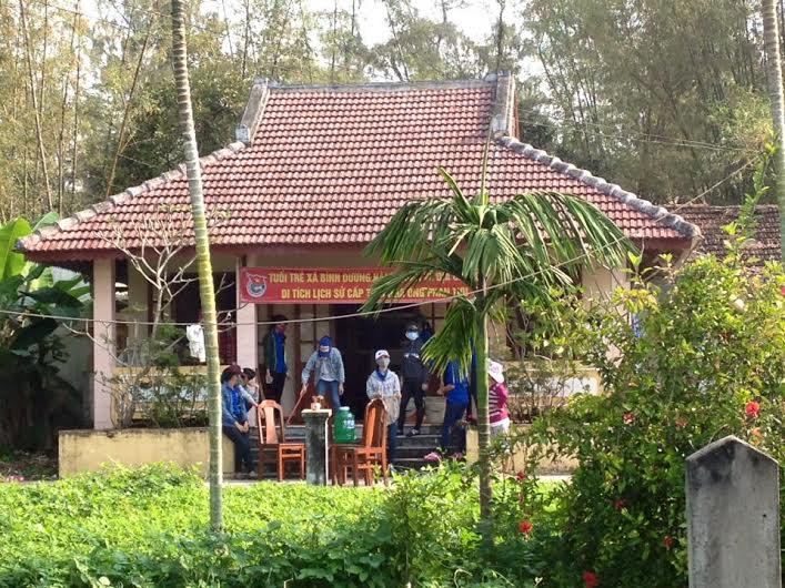 Ảnh: Đoàn viên thanh niên xã Bình Dương dọn dẹp vệ sinh nhà ông Phan Tựu
