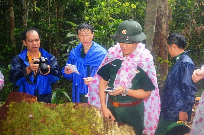 Thiếu tướng cùng đoàn làm việc Bộ Tư lệnh kiểm tra tại hiện trường vụ phá rừng