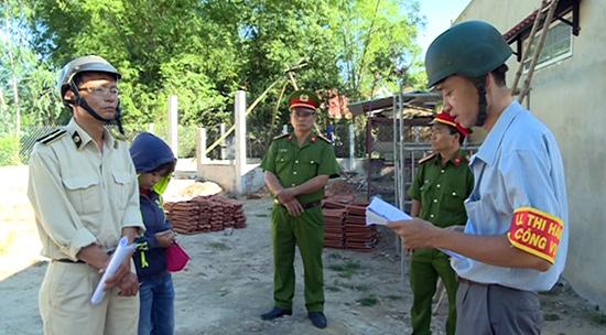Bí thư Đảng ủy kiêm Chủ tịch UBND phường Hòa Thuận - Nguyễn Trường Sơn (bên phải) trực tiếp giải quyết vi phạm trật tự xây dựng tại địa phương.