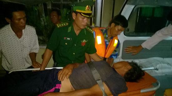 Thuyền viên Trần Đình Thanh được cấp cứu kịp thời trên tàu Hải hội 2 của Bộ đội biên phòng Quảng Nam