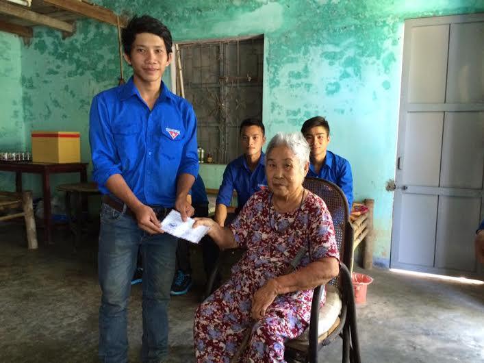 Thăm, tặng quà Mẹ Việt Nam anh hùng. Ảnh: M.H