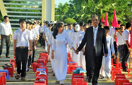Đón học sinh vào lớp 10 ở Trường THPT chuyên Nguyễn Bỉnh Khiêm. Ảnh: X.PHÚ