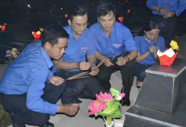 ĐV-TN viếng hương các phần mộ liệt sĩ. Ảnh: PHAN TUẤN