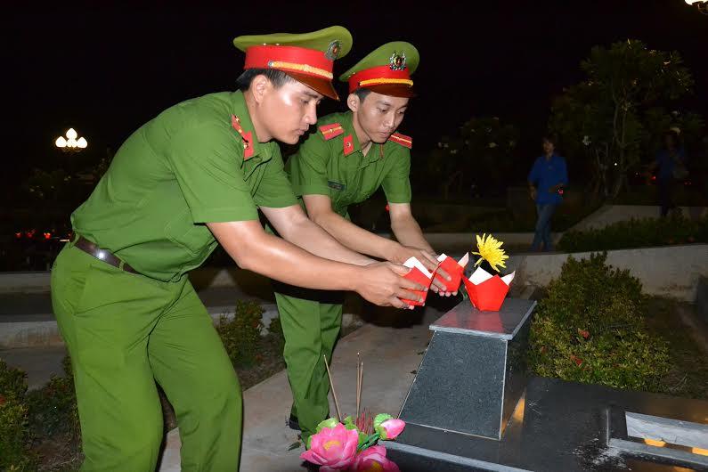 Thắp nến tri ân tại Nghĩa trang liệt sĩ tỉnh vào tối qua, 26.7. Ảnh: PHAN TUẤN