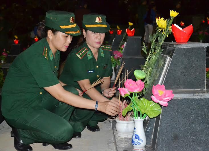 Tưởng nhớ các anh hùng liệt sĩ tại Nghĩa trang liệt sĩ tỉnh. Ảnh: PHAN TUẤN