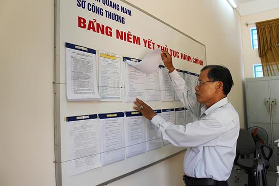 """Sở Công Thương niêm yết bộ TTHC đã được UBND tỉnh công bố chuẩn hóa tại bộ phận """"một cửa"""". Ảnh: V.HÀO"""
