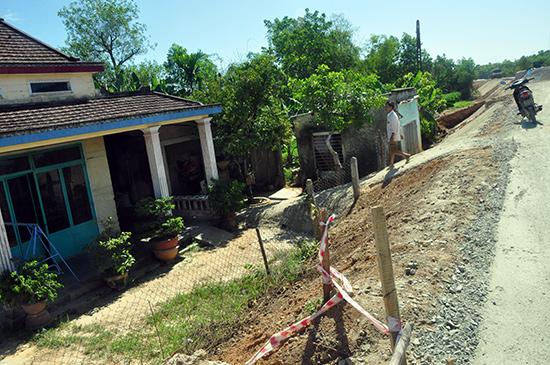 Tuyến đường Tam Kỳ - Tiên Phong đoạn qua thôn Đức Thạnh đang được nâng cấp có cốt nền cao hơn 2m so với nền nhà của nhiều hộ dân.