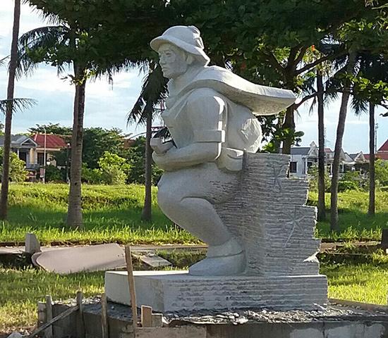 """Tác phẩm của nhà điêu khắc Phạm Hồng tại Trại điêu khắc """"thành cổ Quảng Trị - hồi sinh và bất tử"""" vừa tổ chức hồi tháng 7.2016."""