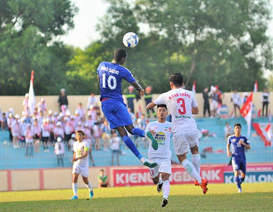 Diao (áo số 10) đang thể hiện phong độ khá tốt khi gia nhập QNK Quảng Nam kể từ giai đoạn lượt về.Ảnh: TƯỜNG VY