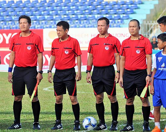 Tổ trọng tài điều hành trận đấu QNK Quảng Nam gặp Hoàng Anh Gia Lai (trọng tài Nguyễn Trung Kiên - người thứ 2 tính từ bên phải).Ảnh: ANH SẮC
