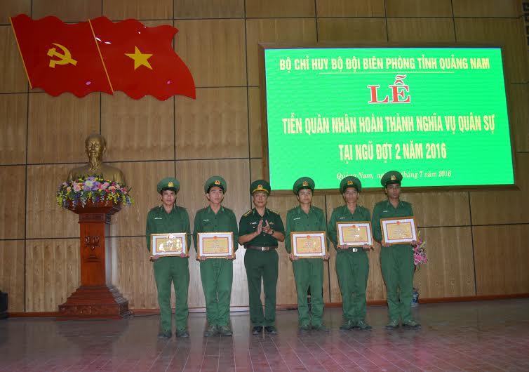 giấy khen cho 5 cá nhân đã có thành tích xuất sắc trong thời gian tại ngũ