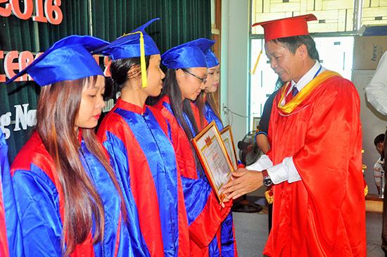 Khen thưởng cho các sinh viên tốt nghiệp đạt loại xuất sắc