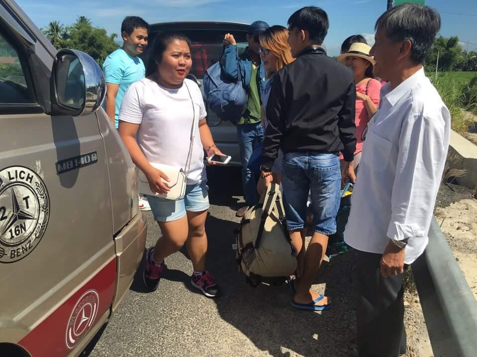 Hành khách sang xe để tiếp tục hành trình.