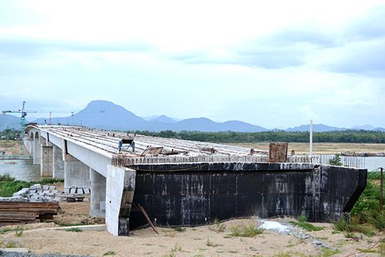 Mố phía bắc cầu Giao Thủy chưa kết nối được với đường dẫn do vướng mặt bằng. Ảnh: CÔNG TÚ