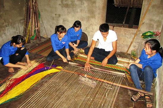 Một buổi học nghề làm chiếu cói của các đoàn viên thanh niên thôn Thạch Tân.