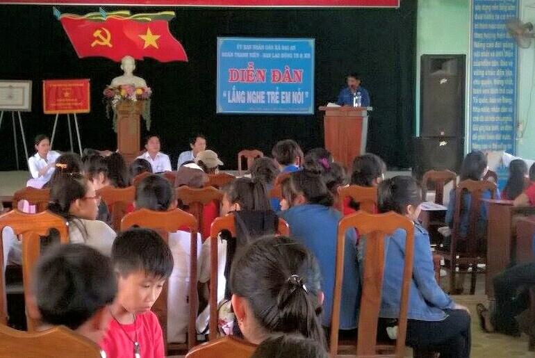 Lãnh đạo địa phương trả lời câu hỏi của học sinh tại diễn đàn