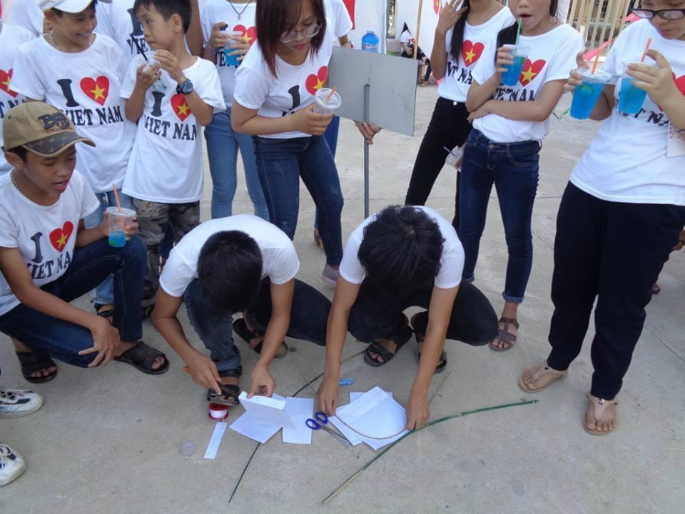 Học sinh với hội thi tự làm và thả diều. ảnh: C.N