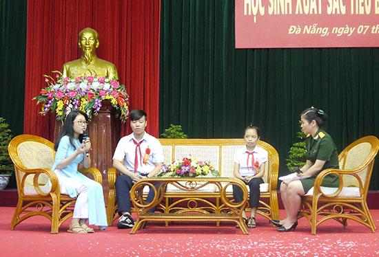 Đỗ Kiều Thanh Hiền (bìa trái) tham gia giao lưu tại buổi gặp mặt, tôn vinh học sinh xuất sắc tiêu biểu năm học 2015 - 2016 do Bộ Tư lệnh Quân khu 5 tổ chức.