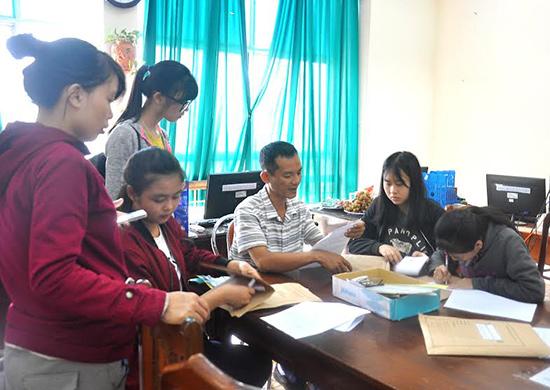 Thí sinh đến nộp hồ sơ đăng ký xét tuyển ĐH, CĐ tại Trường ĐH Quảng Nam.  Ảnh: VINH ANH