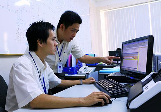 Cán bộ, công nhân viên điện lực Quảng Nam luôn phát huy sáng kiến để phục vụ khách hàng.Ảnh: Đ.ĐẠO