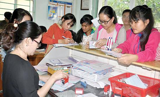 Rất đông thí sinh đến nộp hồ sơ qua đường bưu điện tại Bưu cục An Xuân (TP.Tam Kỳ). Ảnh: VINH ANH