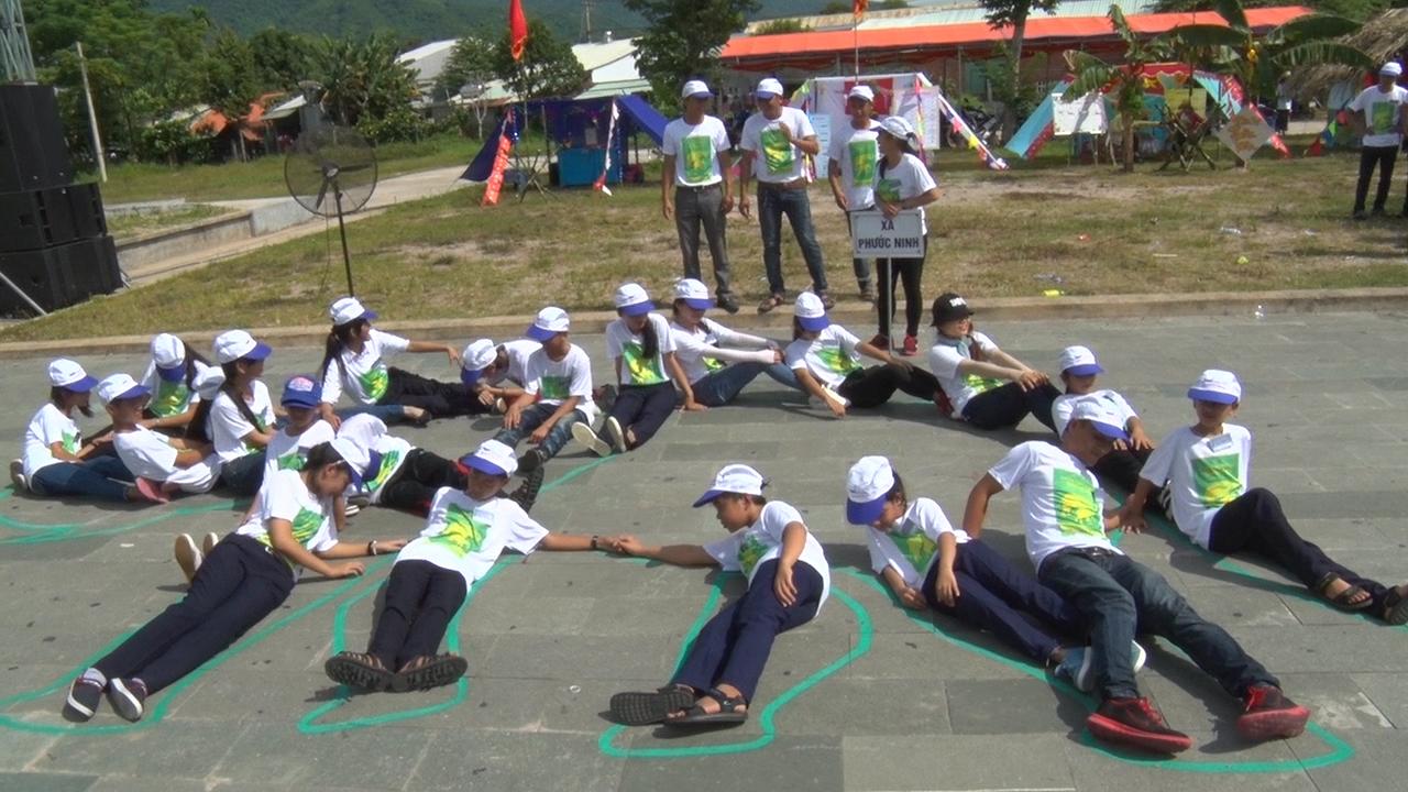Trại xã Phước Ninh thi xếp hình voi.