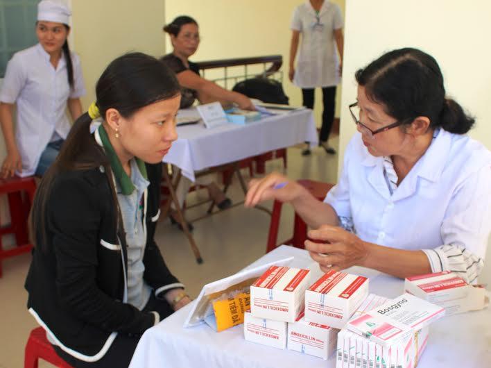 Cán bộ y tế tư vấn cho chị em phụ nữ về cách chữa trị các bệnh phụ khoa. Ảnh: LÊ BÌNH