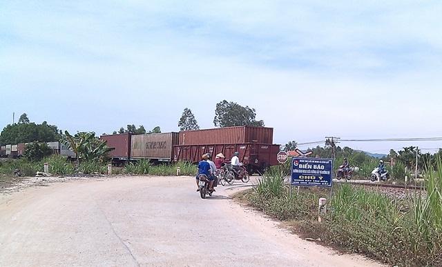 Người dân quan sát kỹ hơn khi qua điểm giao nhau giữa đường sắt và đường bộ nhờ biển cảnh báo. Ảnh: MỸ LINH