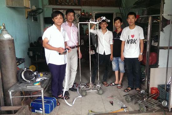 Các thành viên Đội QN-CKT chuẩn bị tham gia cuộc thi Robodnic.Ảnh: MINH THƯ