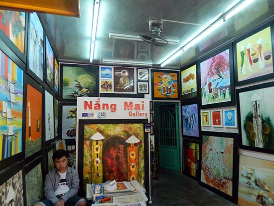 Một cửa hàng bán tranh tại Hội An. Ảnh: N.H.H.S