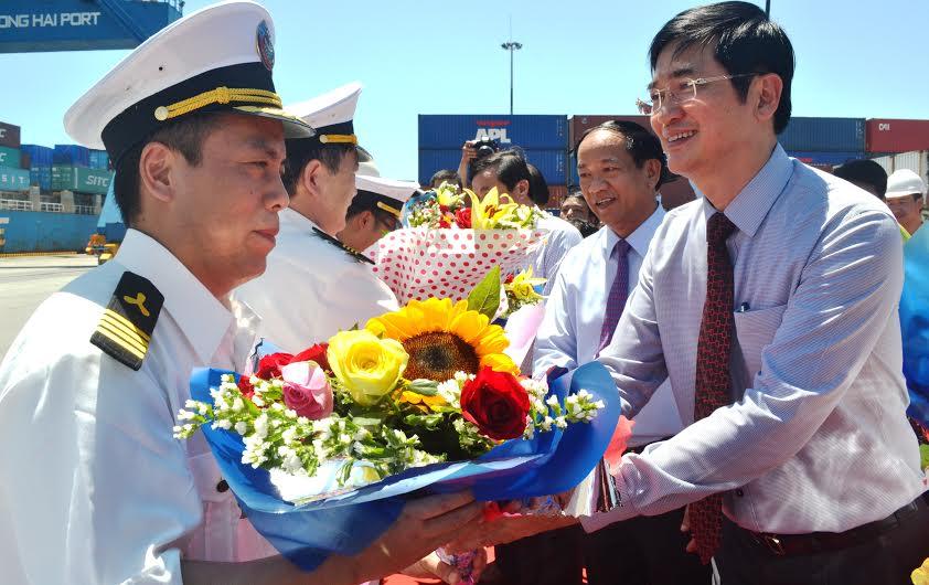 Lãnh đạo tỉnh chúc mừng đoàn Hàn Quốc đưa tàu cập cảng Chu Lai - Trường Hải.