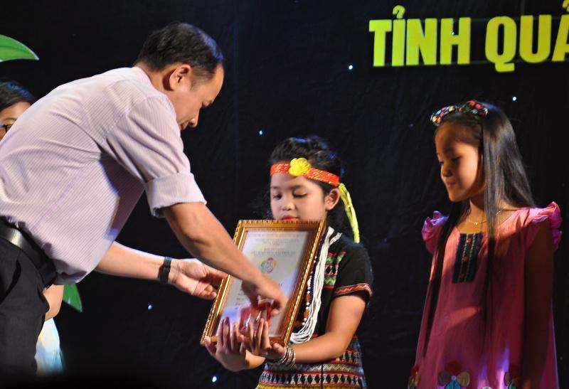 Ban tổ chức trao huy chương cho các tiết mục đơn ca. Ảnh: VINH ANH