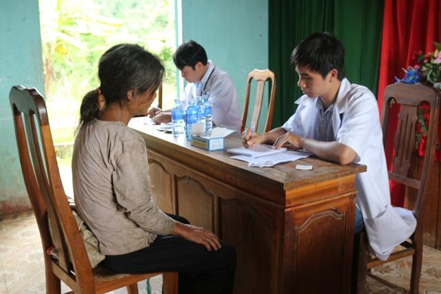 Khám bệnh, cấp phát thuốc cho người dân xã Trà Mai, huyện Nam Trà My. Ảnh: THÀNH ĐẠT