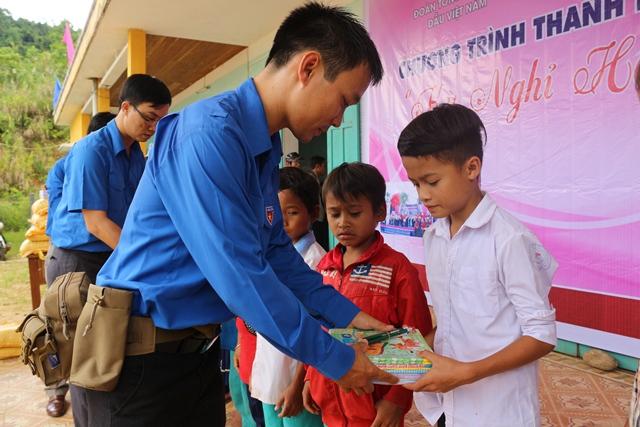 Tặng quà cho 200 người dân xã Trà Mai. Ảnh: THÀNH ĐẠT