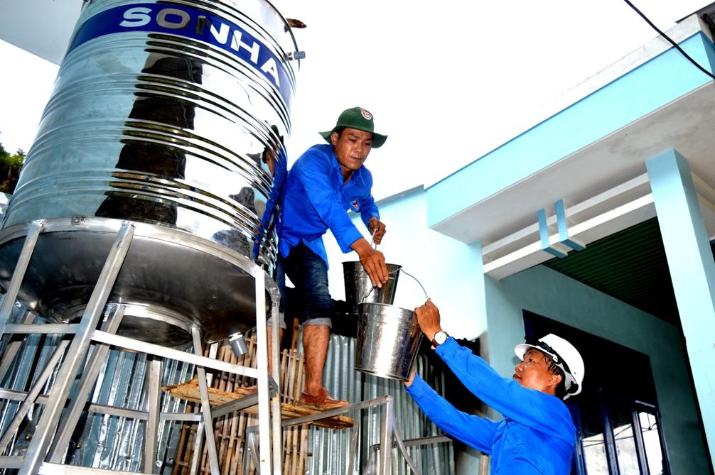 Hệ thống nước sạch có ý nghĩa hết sức thiết thực đối với các em học sinh tại trường. Ảnh: PHAN VINH