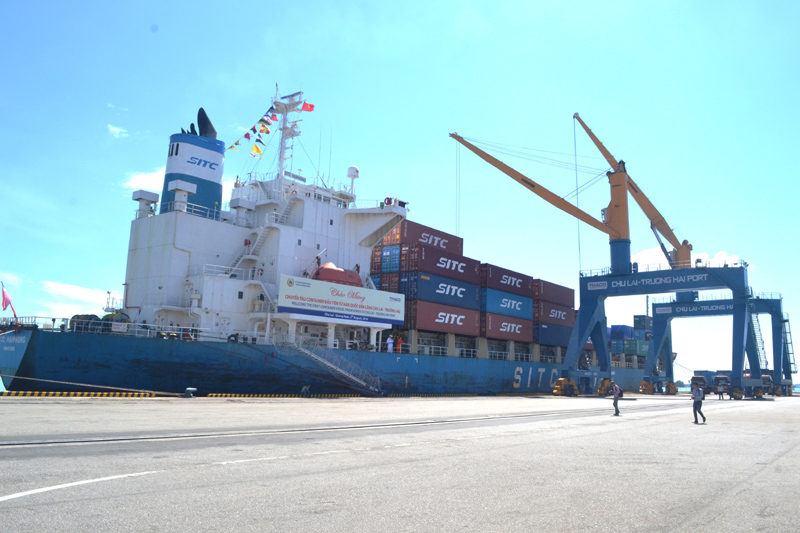 The first 20,000 ton cargo ship anchors at Chu Lai-Truong Hai port